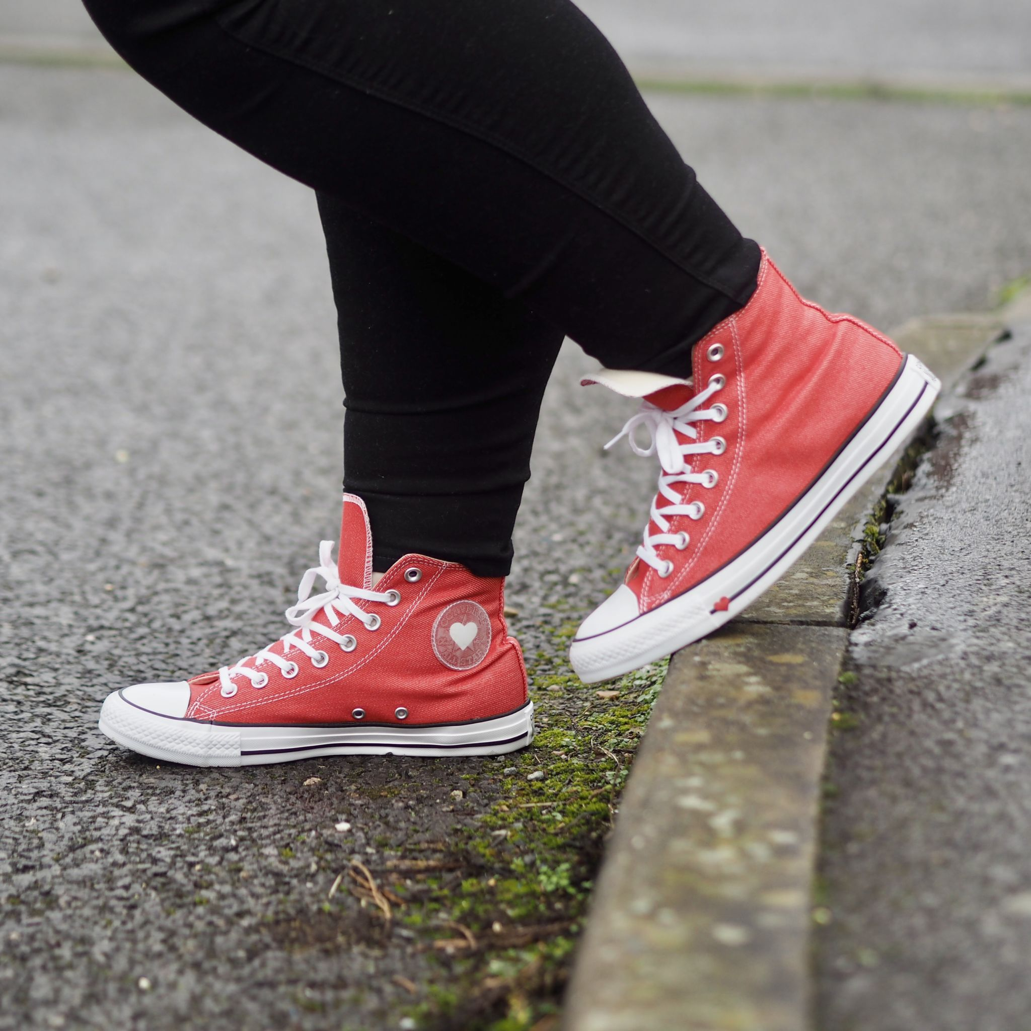 How to wear red converse